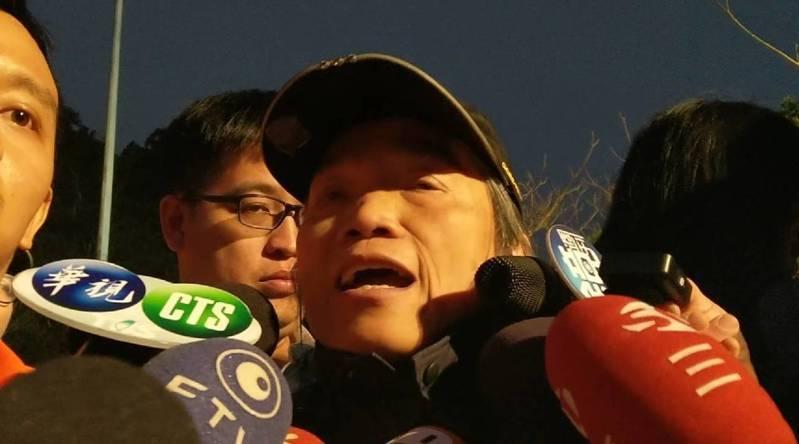 登山救難界的「女英雄」陳秋霞把生還者救出後,說明搜救過程。記者戴永華/攝影
