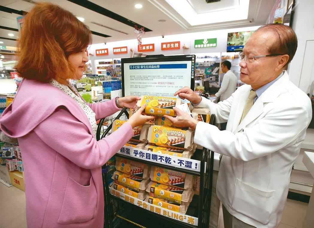 「雞蛋這裡也買得到?」在這家藥局裡,擺著一盒盒雞蛋。 記者蘇健忠/攝影