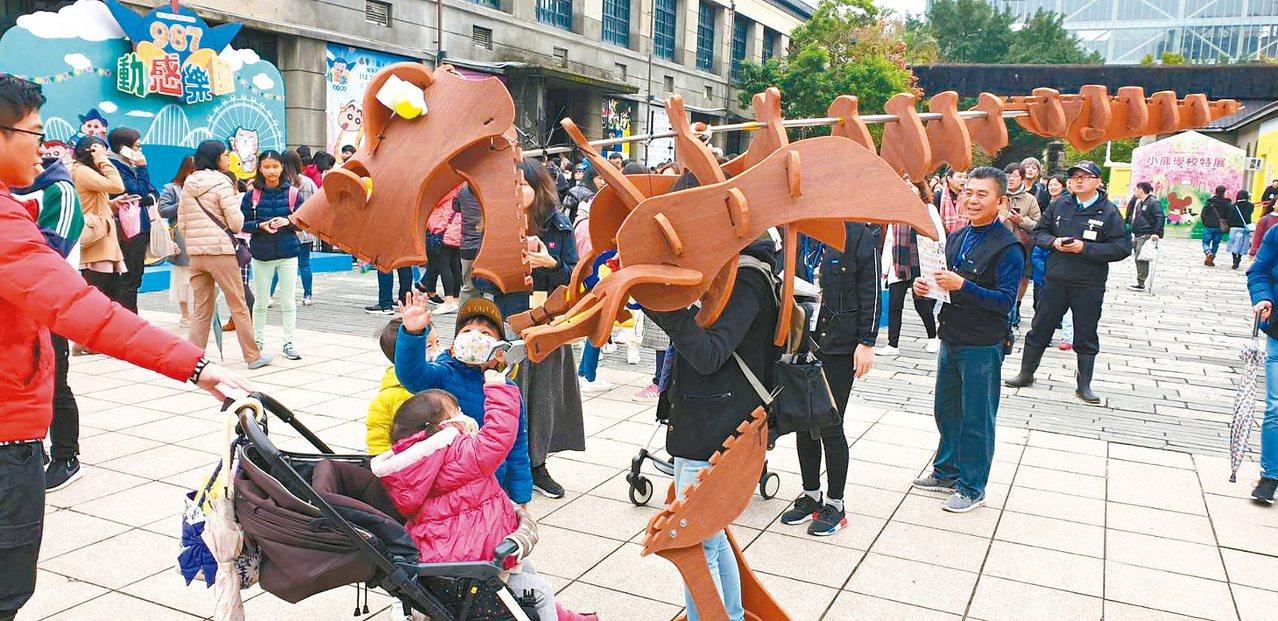 「玩具變變變 創客養成記」的大恐龍,吸引孩子爭先合影。 圖/聯合數位文創提供