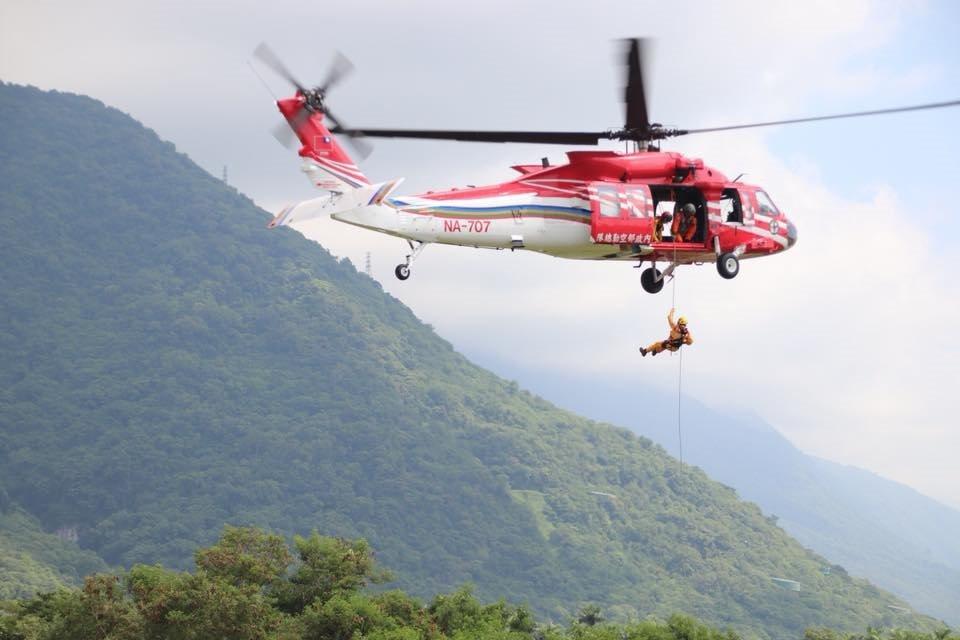 在沒有黑鷹直升機的年代,許多山域救援任務,要靠熟悉地形的原住民搜救人員徒步前往。...