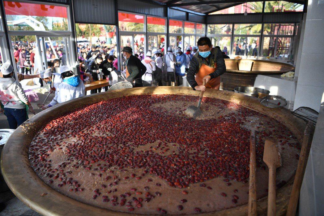 雲南省昆明市的寶華寺準備了臘八粥向民眾免費派發,受到民眾歡迎。圖為工作人員用大鍋...