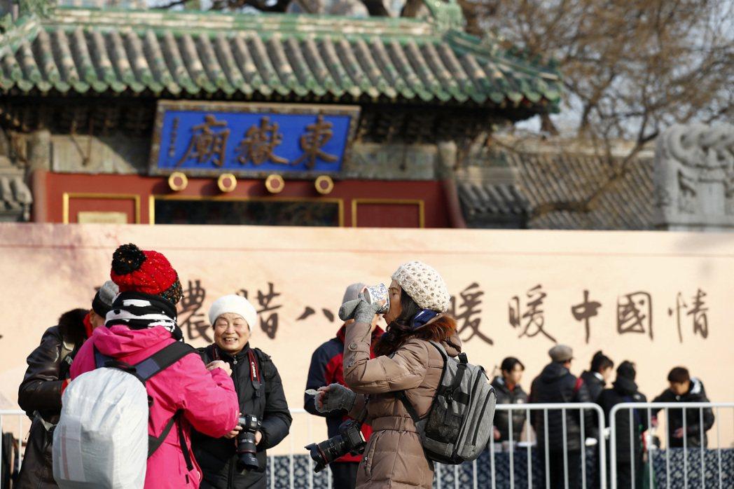 北京民眾前往東嶽廟品嘗臘八粥。(中新社)
