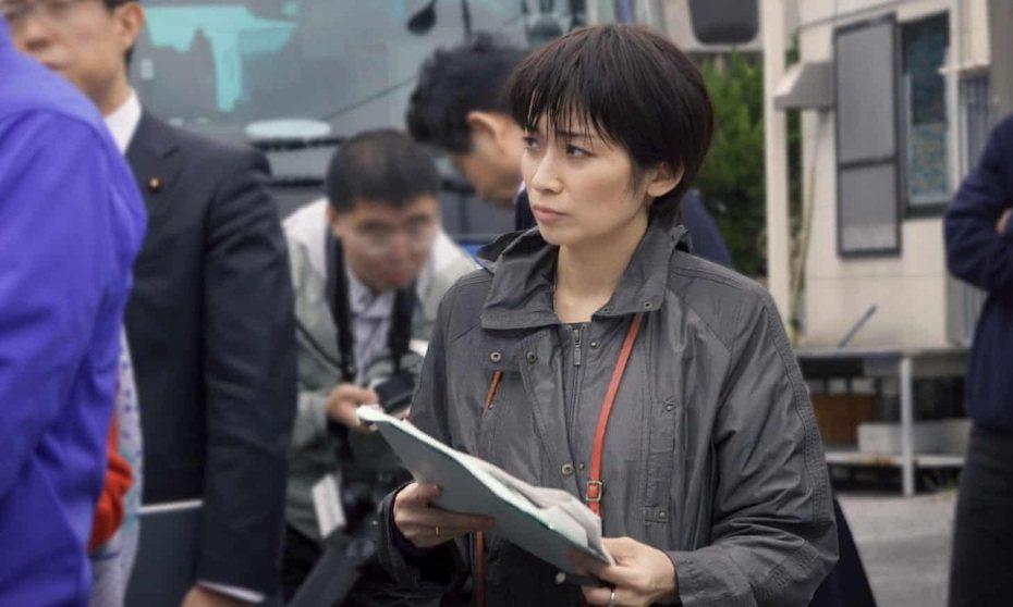 日本女記者望月衣塑子的戰鬥風格,打破日本政治新聞向來四平八穩的報導文化。取自《i:新聞記者紀錄片》