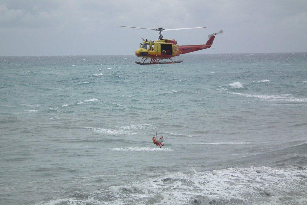 內政部空中勤務總隊台東第三大隊第三隊,經常遇到水域救護案件,必須冒著強風大雨飛行...