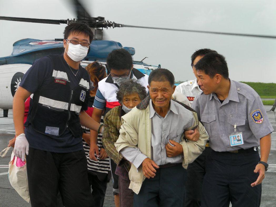 2009年莫拉克颱風重創嘉義縣山區,空軍救護直升機將民生物資運送災區,再將老弱婦...