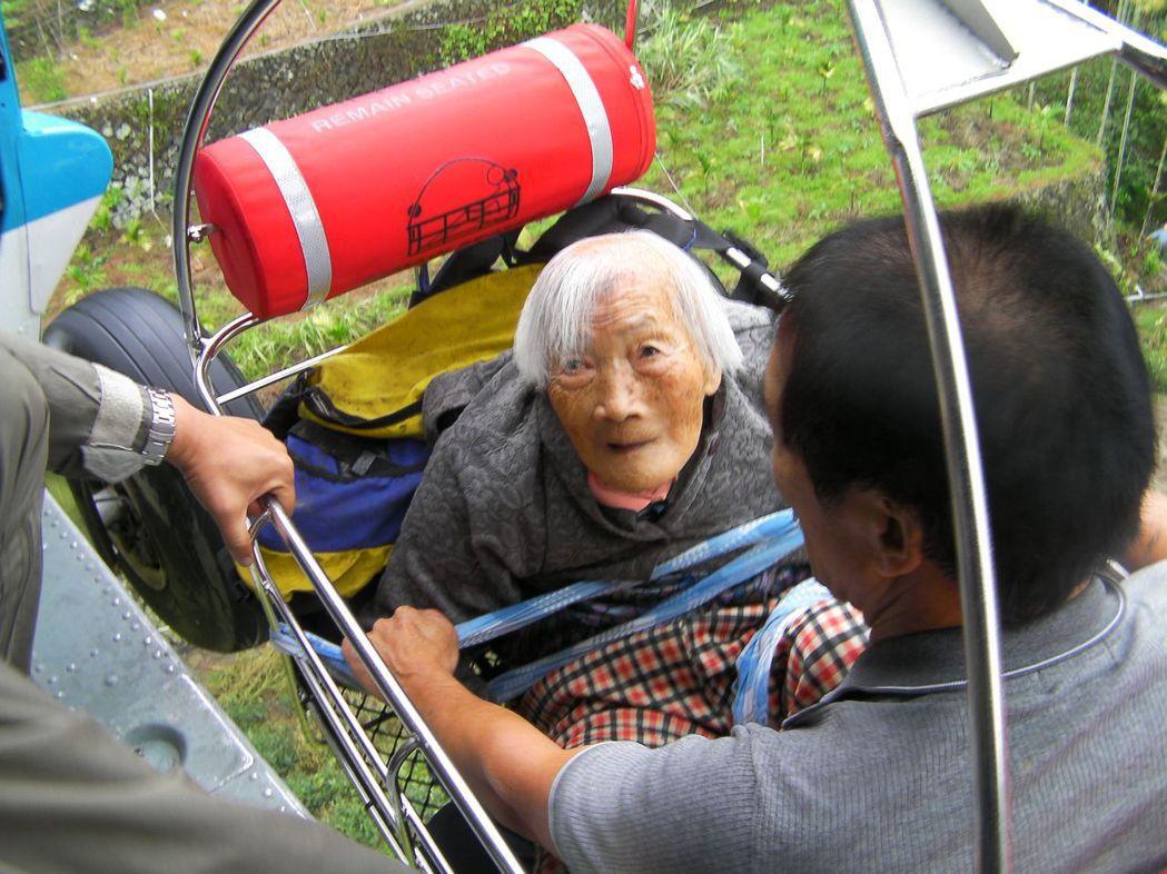 2009年莫拉克颱風重創嘉義縣山區,空軍救護直升機將95歲老阿嬤李陳潯與兒子李木...