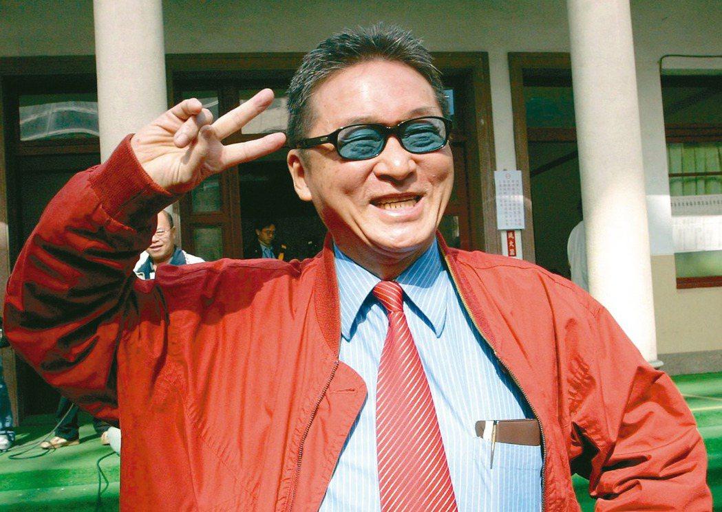 李敖2000年代表新黨競選總統時,在選舉公報「學經歷」欄「偷渡」政見。 圖/聯合...