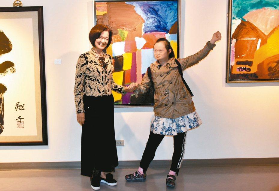 唐氏症女孩莊惠婷(右)在媽媽的啟蒙下,步入繪晝之路。 記者徐如宜/攝影