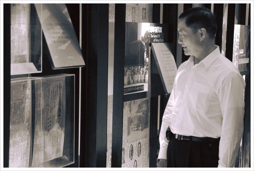 二二八國家紀念館今天在臉書發文悼念沈一鳴,並附上一張沈一鳴參觀展覽的照片。 圖擷自二二八國家紀念館臉書(1/3)