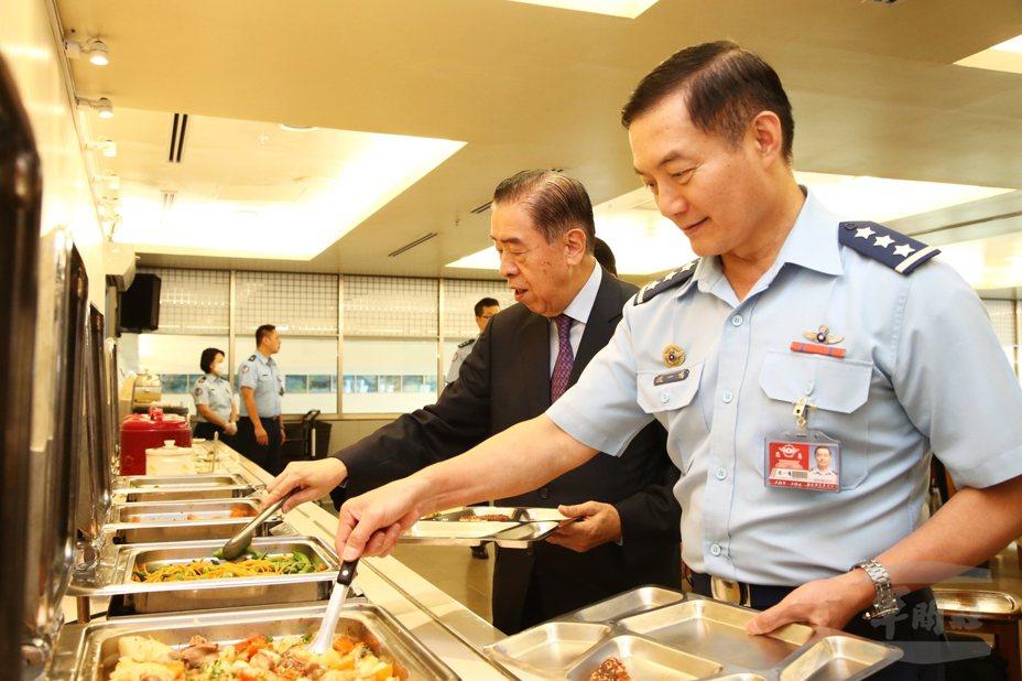 沈一鳴(右)與李棟樑在空軍司令部官兵餐廳用餐。圖/軍聞社