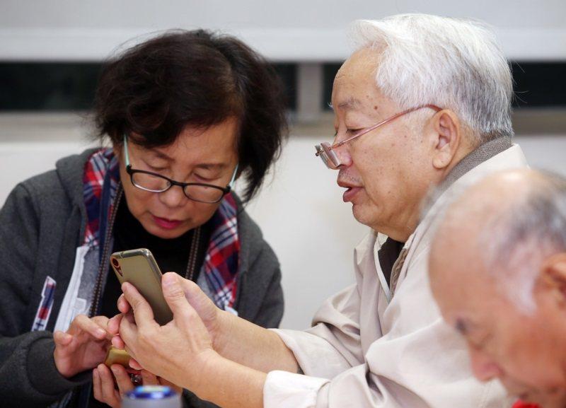 低頭不分老少,但低頭對於長輩而言,恐是加速頸部退化的因子之一。 圖/本報資料照片