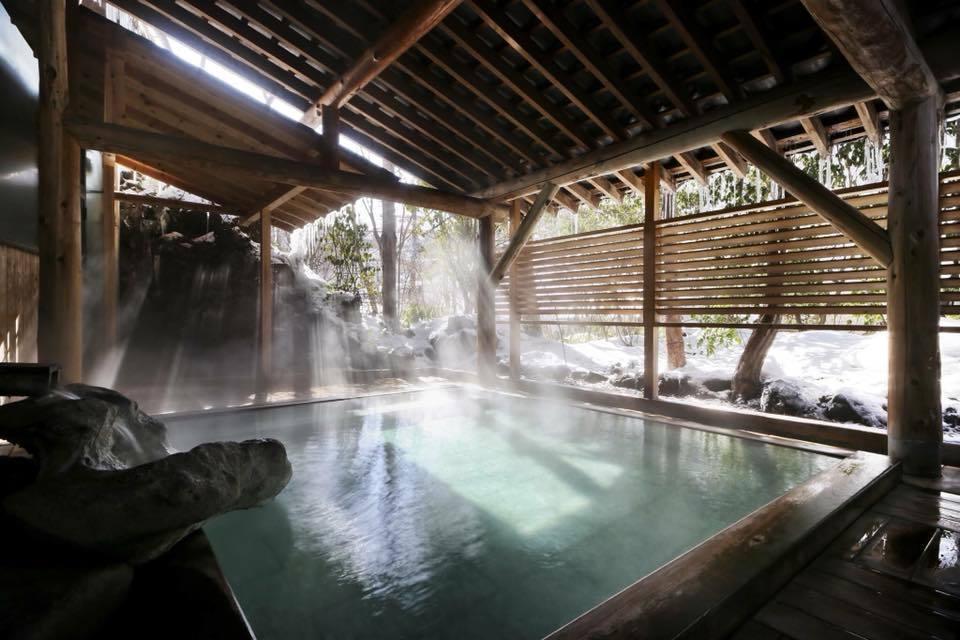 草津號稱「關東第一名湯」,也是日本三大溫泉名勝之一,並以當地獨有的「湯揉」入浴法...