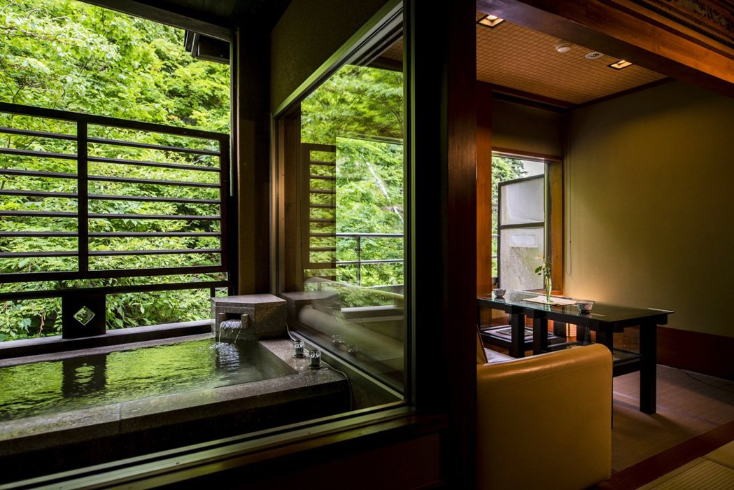位於山形縣的「高宮米亞瑪索日式旅館」配有9座天然溫泉,住客可以邊喝著清酒,邊體會...
