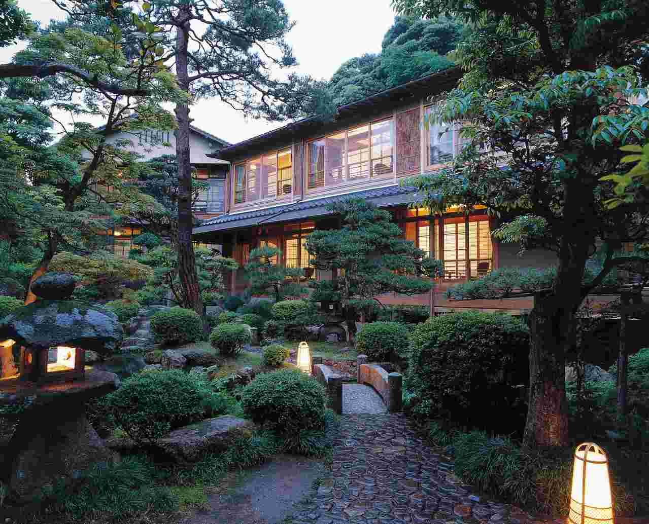 「西村屋本館」被包圍在日式庭園之中,館內的浴池皆以傳統日式木桶為設計。 圖/Bo...