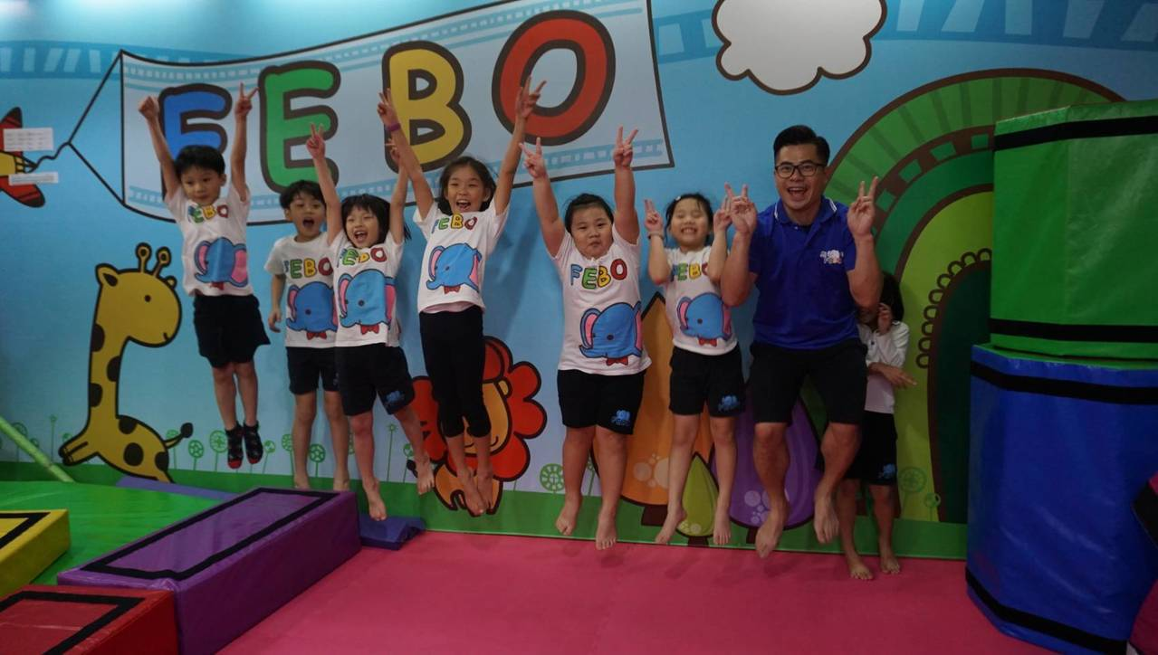 童年寬(右)一手打照飛寶幼兒體操王國。 圖/童年寬提供