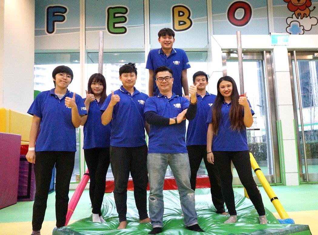 童年寬(前排右三)與體操體能館教練、職員。 圖/童年寬提供