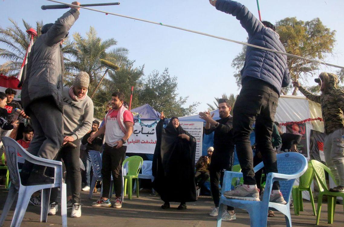 伊拉克民眾。除了巴格達市區的反政府示威者營地外,在什葉派為主的南部大城巴斯拉、卡...
