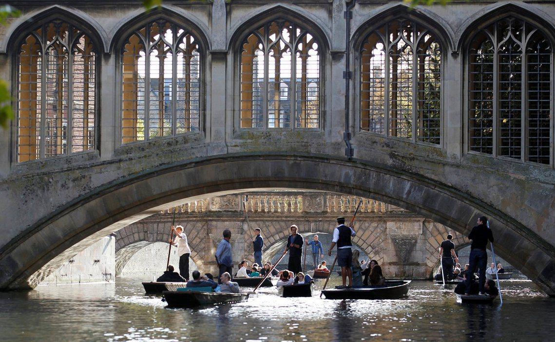 當前在英國對學者採取強制年齡退休的大學,一共有3間。除了牛津大學以外,另外2間分...