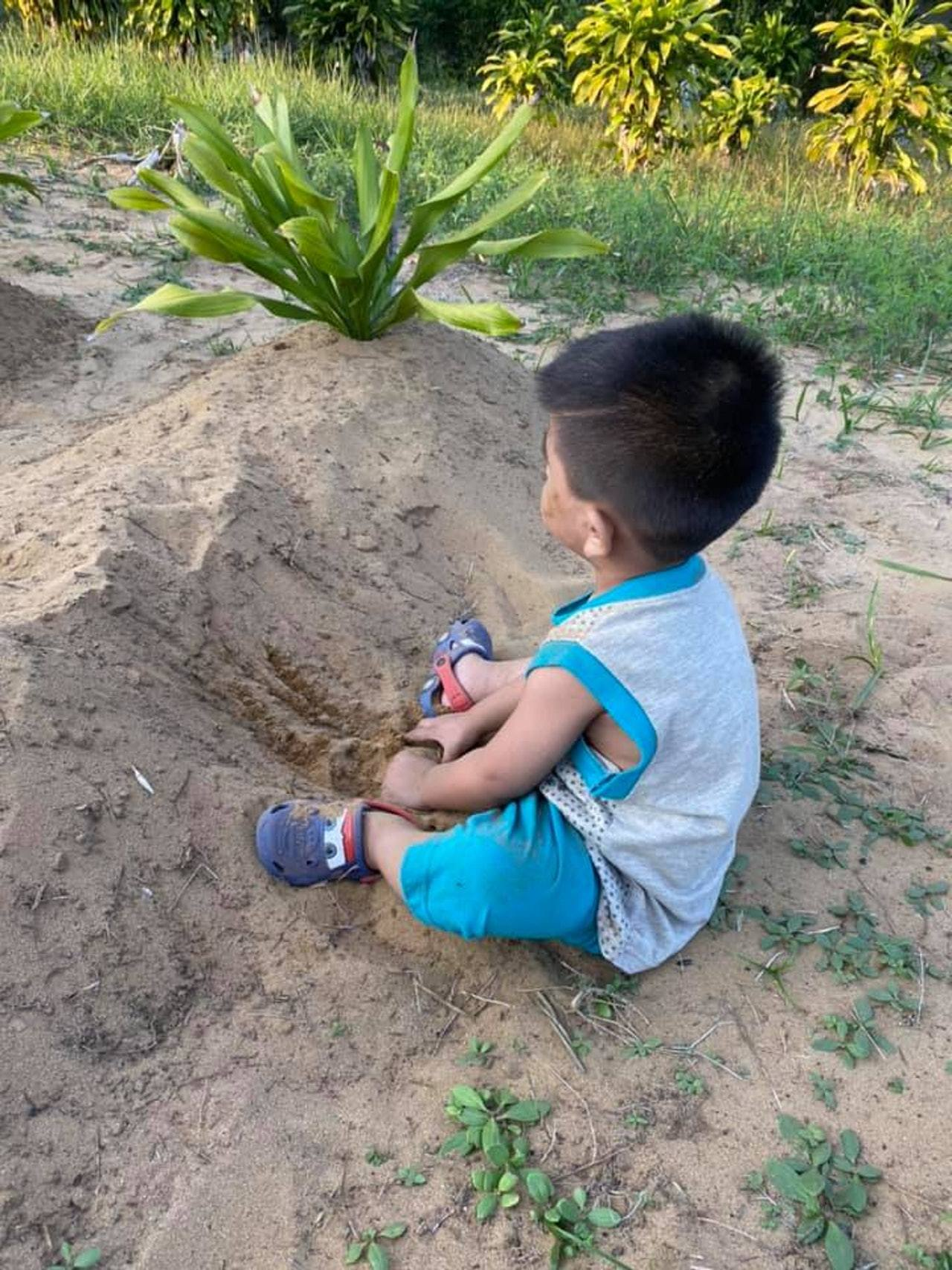 最後即使阿祖安欲帶他回家,但阿祖凡仍安靜地坐在地上不願離開,似乎非常想念媽媽。圖...