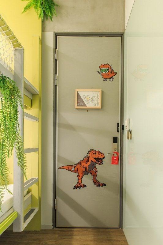恐龍主題房,門上的Q版恐龍圖。  華山町/提供