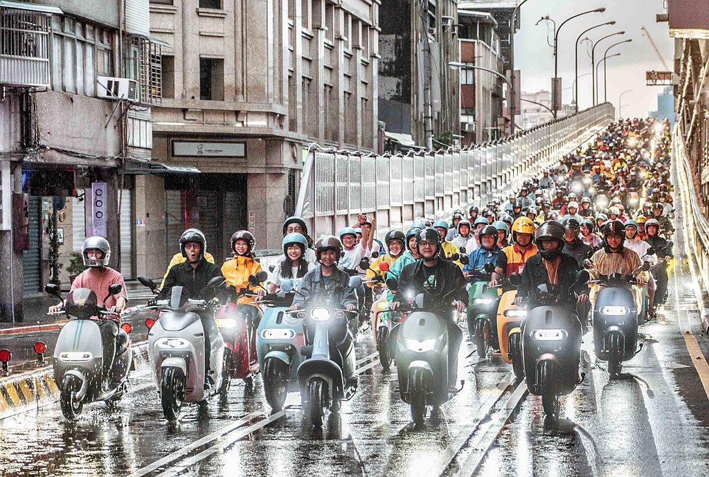 2019年Gogoro快閃台北橋活動再次超過1,572輛電動機車響應。 圖/Go...