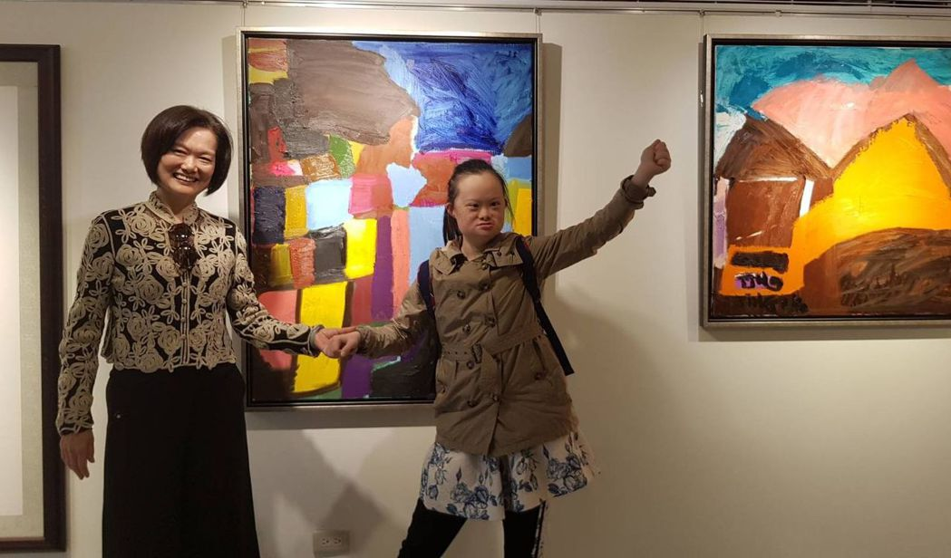 莊惠婷(右)受藝術家媽媽李欣諭(左)的薰陶,從小就愛塗塗抺抺,連曾任北美館與高美...