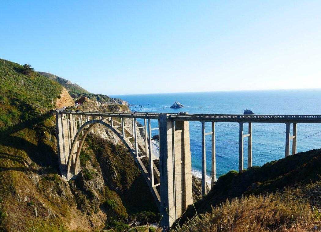 大蘇海岸公路上的比克斯比溪橋(Bixby Creek Bridge),長714英尺,高280英尺。這是世界上最高的混泥土橋樑之一,也是西海岸被拍攝最多的橋樑景點之一。