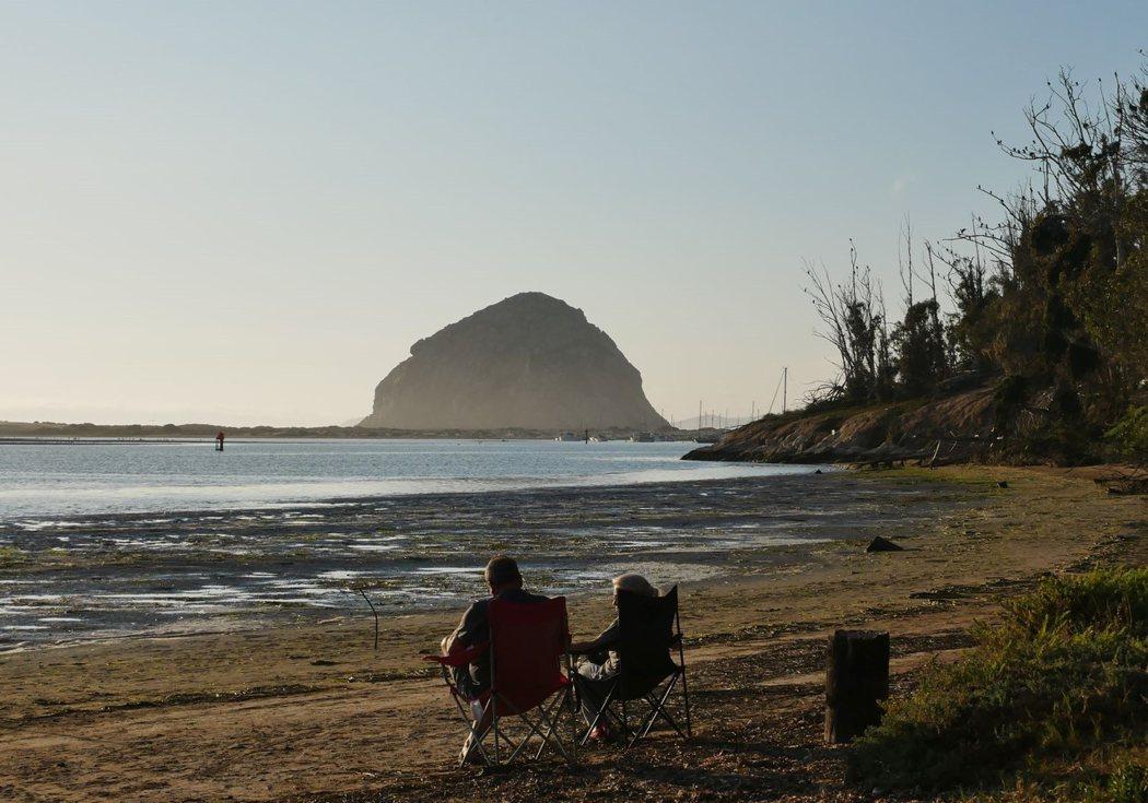 遠眺莫羅灣最著名的石頭山