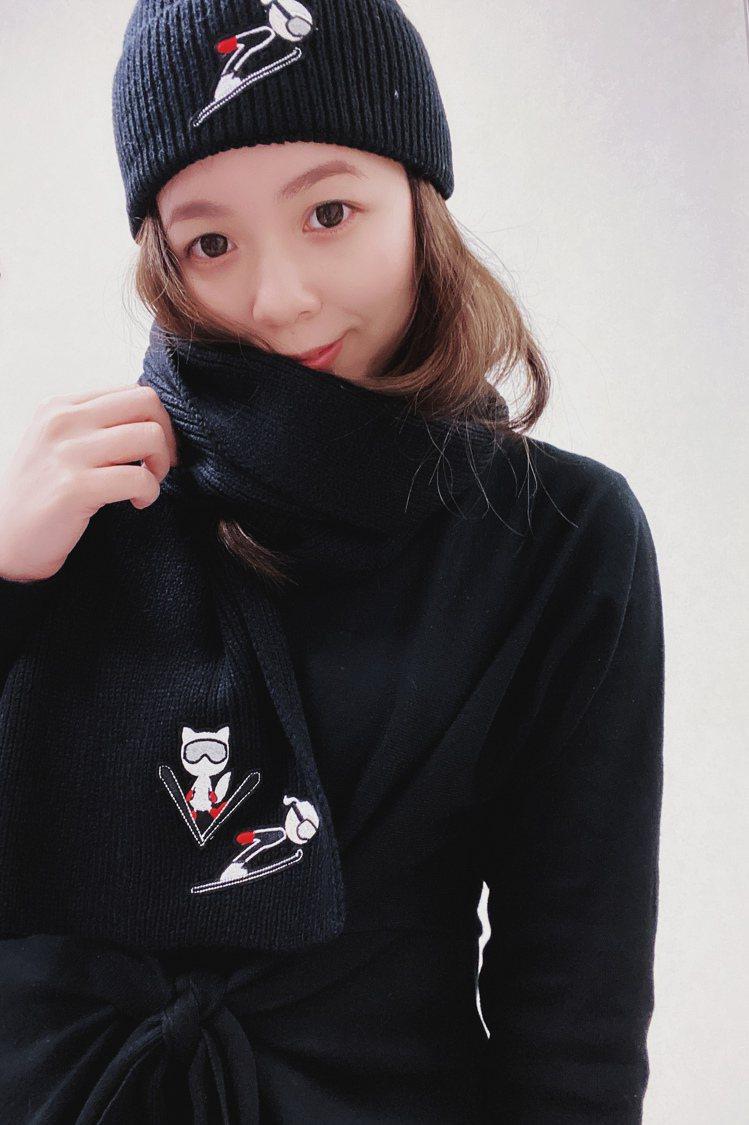 滑雪KARL毛球針織毛帽3,280元、KARL圍巾3,680元。圖/Weng C...
