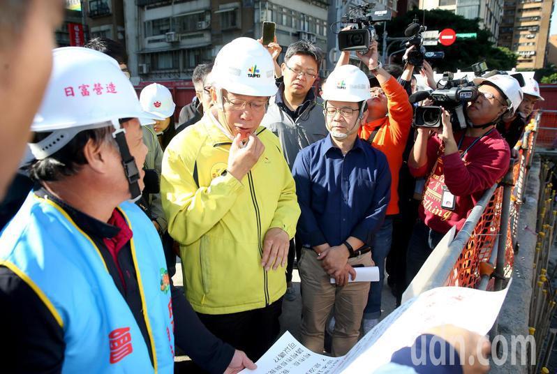 台北市長柯文哲(左二)上午視察成功中繼市場工地,成功市場自治會長陳中明(左一)當面向他提出建議。記者余承翰/攝影