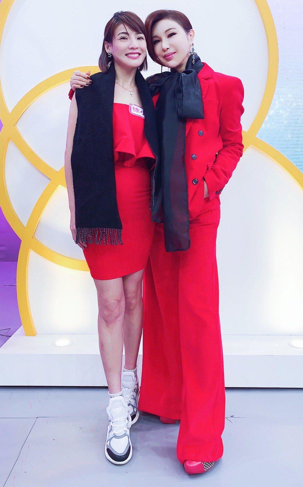 利菁和徐小可合體錄影,兩人一身大紅,過去誤會冰釋了。圖/東風提供