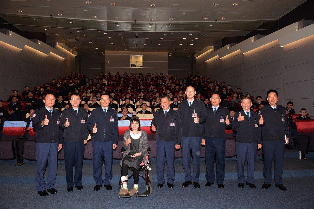 感動於阿布的抗癌故事,兩年前時任空軍總司令的沈一鳴曾經邀阿布及她的醫師,國內骨肉...