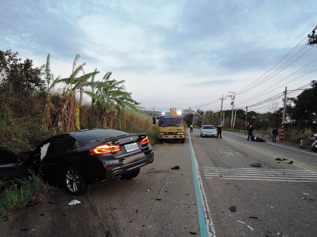 一輛BMW在1月2日在沙鹿中山路與機車對撞,致機車二人當場死亡,車頭全毀。圖/清...