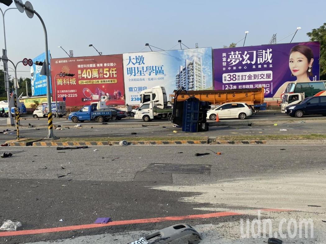 張姓聯結車駕駛不明原因撞擊一輛轎車與小貨車後衝下邊坡,造成兩死一傷,聯結車後方載...