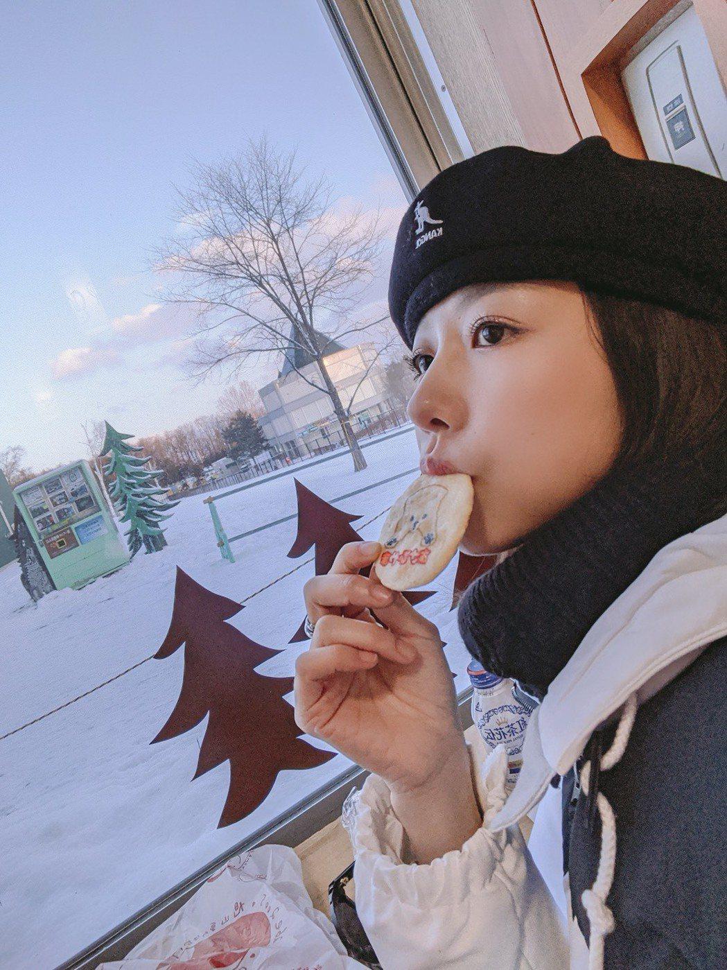 邵雨薇到北海道一個人旅行好愜意。圖/多曼尼提供