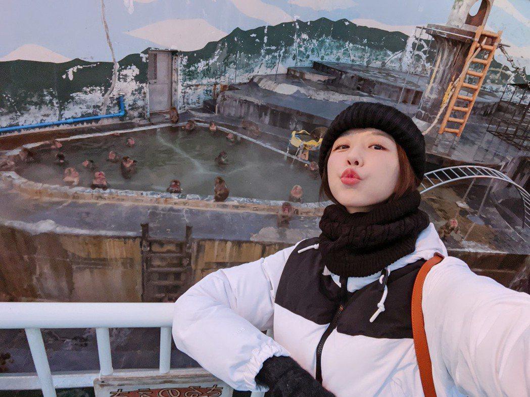 邵雨薇到北海道一個人旅行,看猴子泡溫泉。圖/多曼尼提供