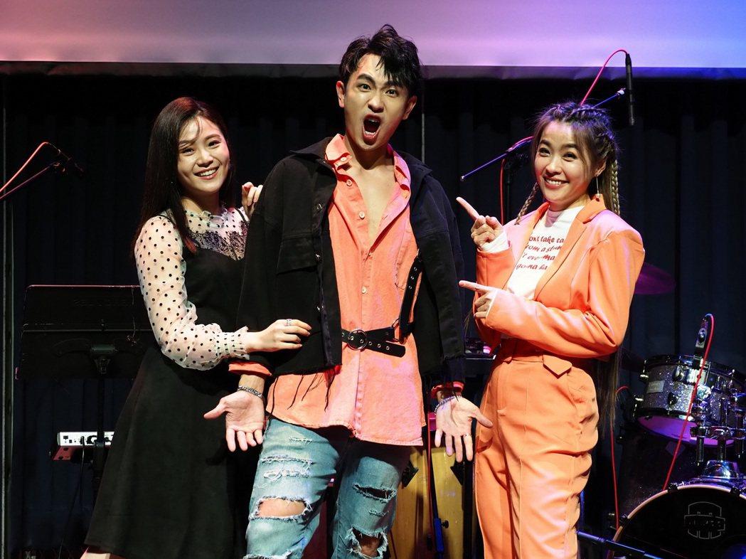 陳謙文出道10年的首場售票演唱會開唱,「女兵日記」的2位女人楊小黎(左)和小嫻到