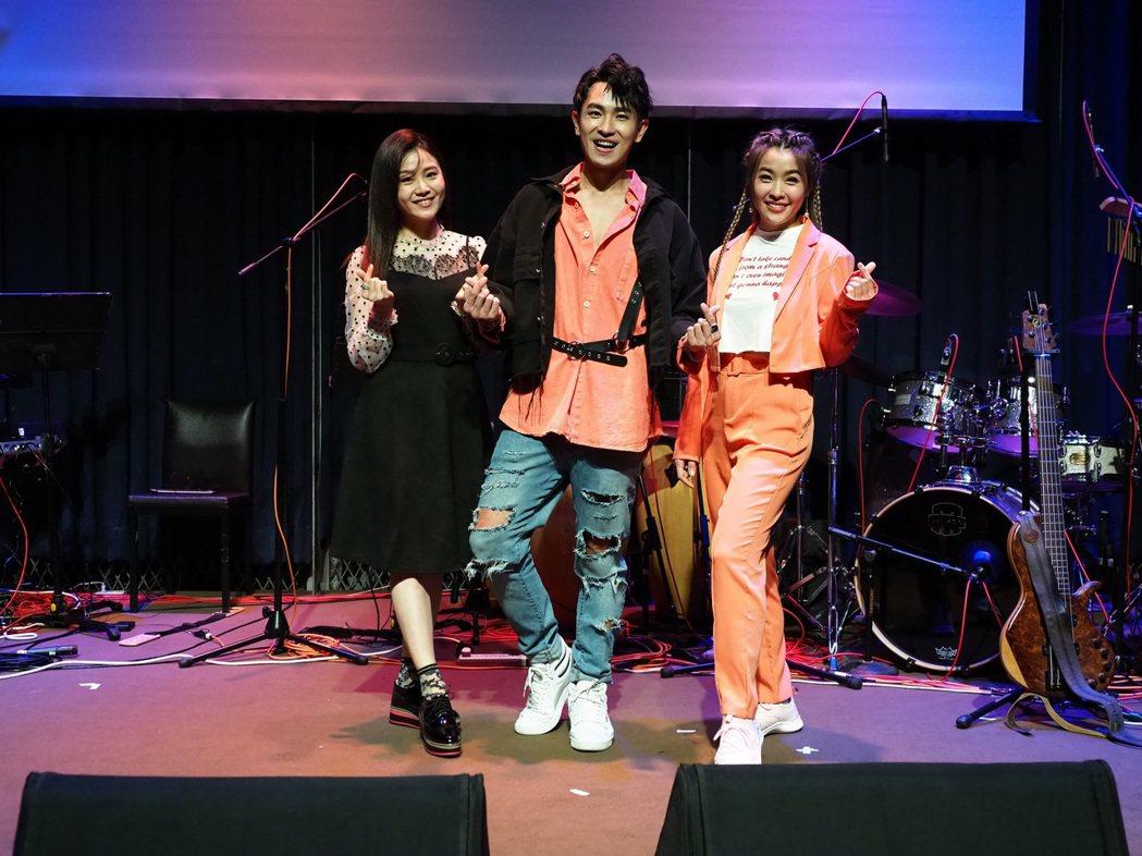 陳謙文出道10年的首場售票演唱會開唱,「女兵日記」的2位女人楊小黎(左)和小嫻到...