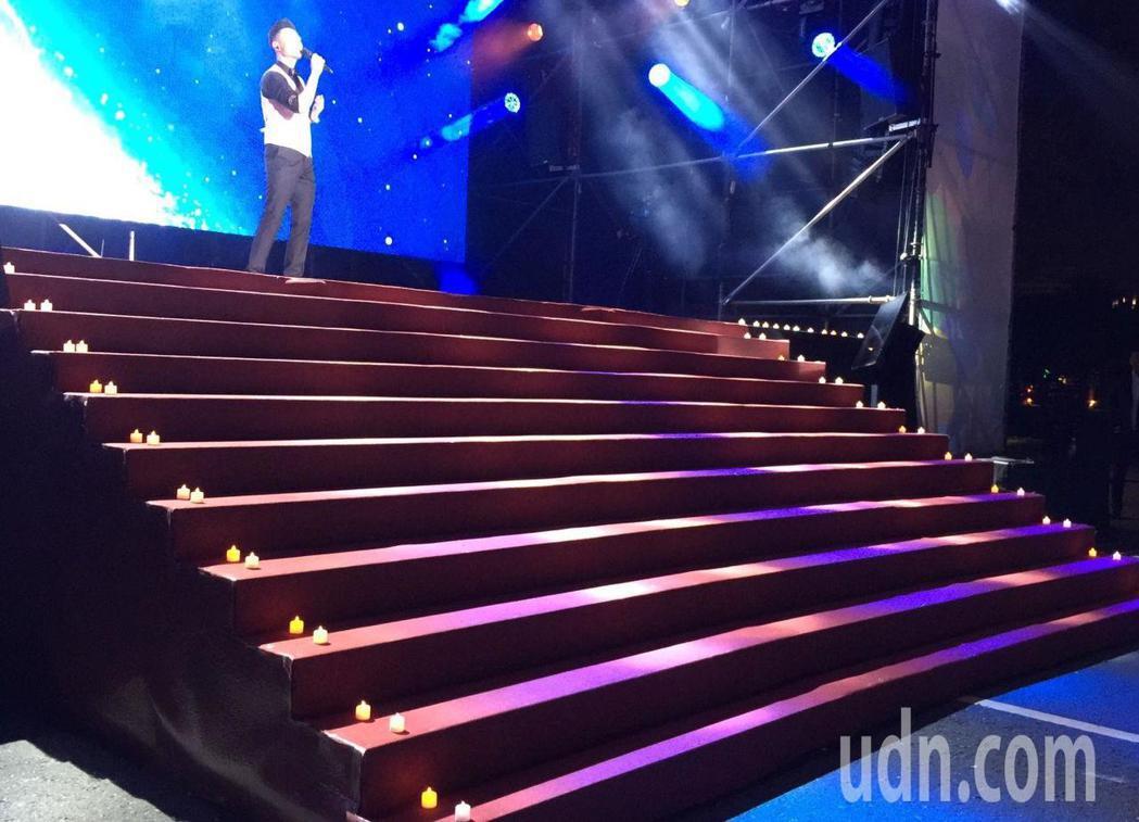 親民黨高雄凹仔底祈福音樂會,用祈福蠟燭裝飾上舞台的台階。記者楊濡嘉/攝影