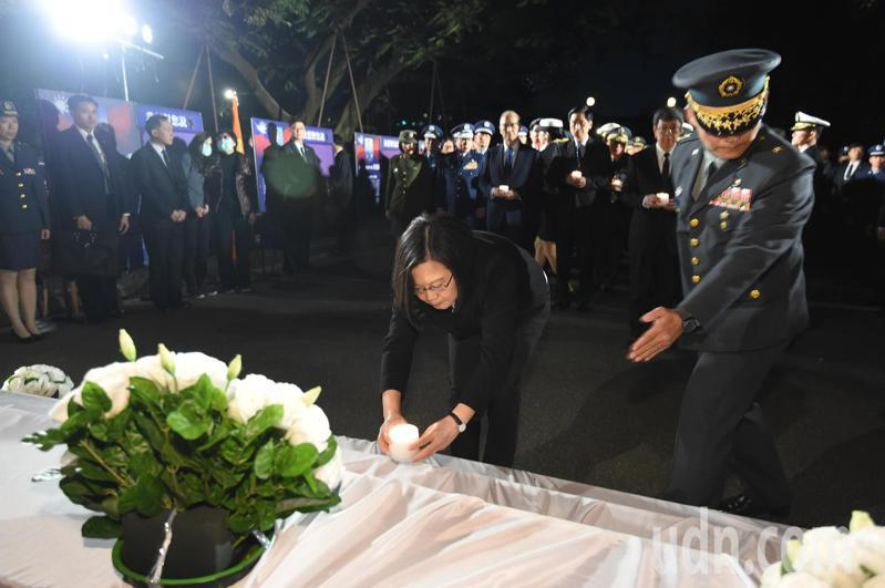 總統蔡英文(中)今天晚上到台北賓館為「0102殉職將士追思活動」點燈。台北市記者聯誼會提供