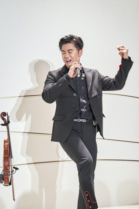 廖柏雅為了圓夢當歌手,放棄耶魯大學研究所就讀機會,3日應邀擔任卡地亞年度大展的演出嘉賓,他帶著有106年歷史、價值超過2百萬元的小提琴助陣,現場演奏、獻唱一連串精彩曲目。而他也宣布加入新東家「喜鵲娛...