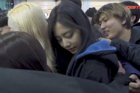 TWICE又傳出遭狂粉騷擾!這次受害者是台灣成員子瑜,在機場遭到一名金髮男子摳肩,嘗試吸引她注意力。該名粉絲很快遭到起底,疑似是大陸籍粉絲,先前因為成功在機場送花給子瑜,讓他有了動力「更近一步」。T...