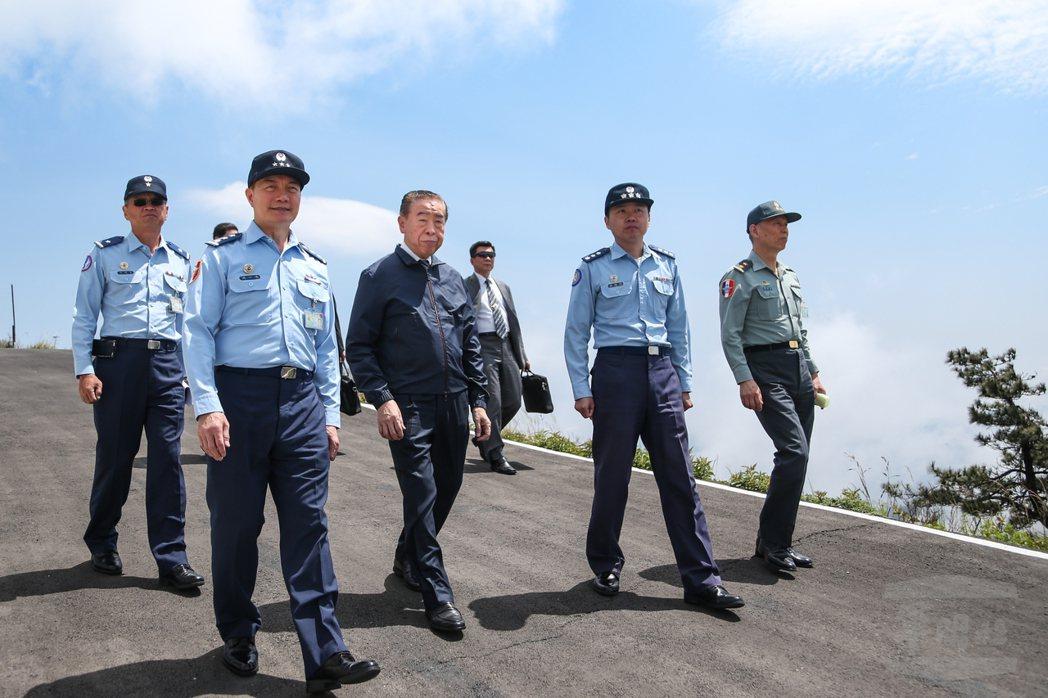 沈一鳴(前左一)、李棟樑(前左二),去年4月30日到樂山雷達站勞軍。 圖/軍聞社