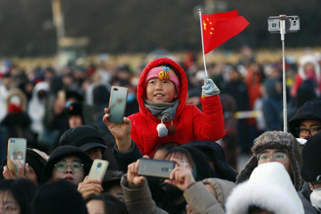 許多年輕人來到北京當北漂,為的是拚搏一個機會。圖為北京天安門廣場舉行新年第一次昇...