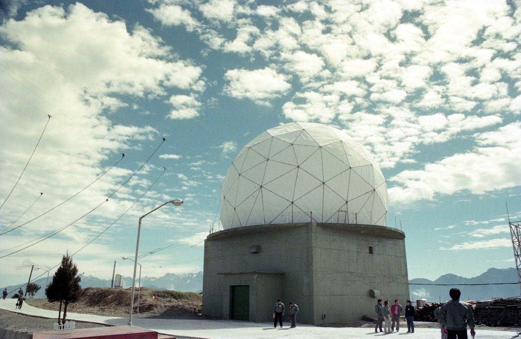 我國空軍強網計畫四個基地點之一,新竹樂山基地首度公開亮相。圖為雷達站一景。 圖/...