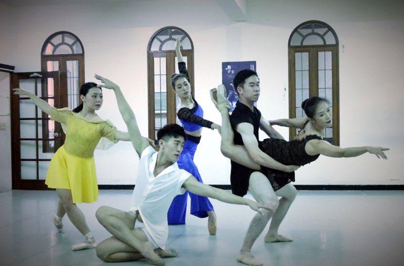 連續19年獲選文化部傑出團隊的高雄城市芭蕾舞團年度巡演「2020點子鞋」,11日將在高雄市文化中心演出。圖為舞團出演前排練。(高雄城市芭蕾舞團提供) 中央社