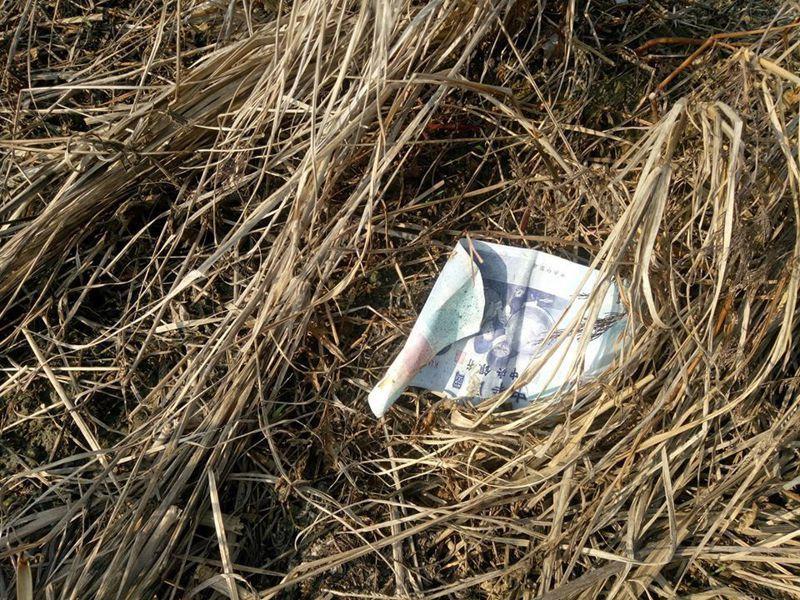 原PO在田埂邊拾獲1000元,但卻因為沒有「紅包袋裝」而開心不起來。圖擷自<a href=
