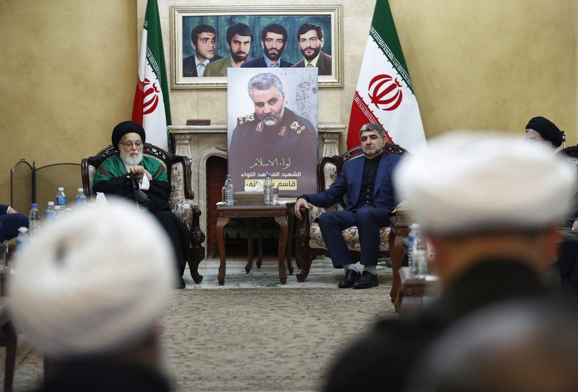 黎巴嫩伊朗大使館內,神情嚴肅的眾人。 圖/美聯社