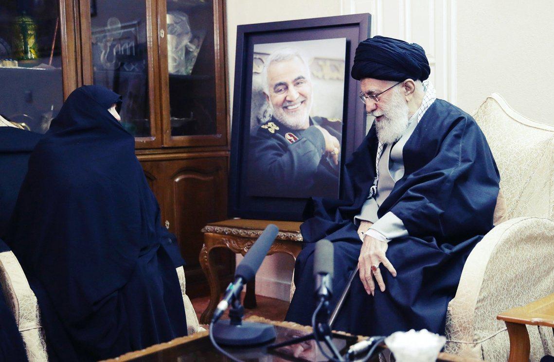 趕赴蘇萊曼尼家中慰問烈士遺孀的伊朗最高領袖哈梅尼(右)。 圖/美聯社