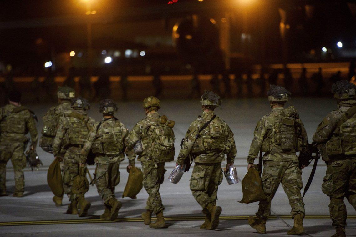 出發增援的82空降師。目前美軍已再度增派3500兵力前往中東地區。 圖/美聯社
